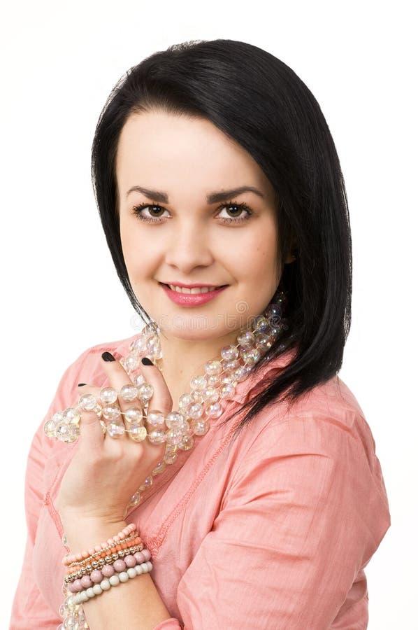 barn för kvinna för attraktiv för bakgrund härlig för brunett glass naturlig stående för halsband vitt arkivbilder