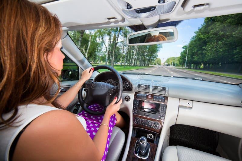 barn för kvinna för bilkörning arkivfoto