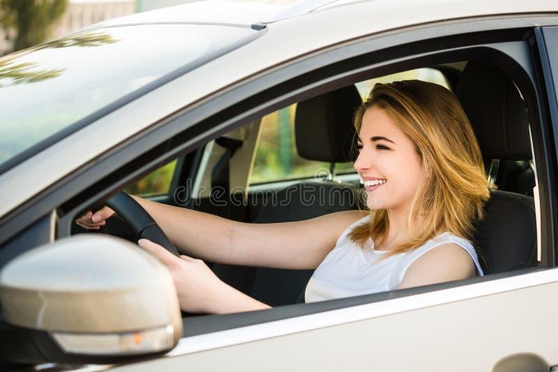 barn för kvinna för bilkörning royaltyfria bilder