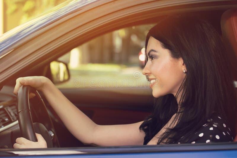 barn för kvinna för bilkörning royaltyfri bild