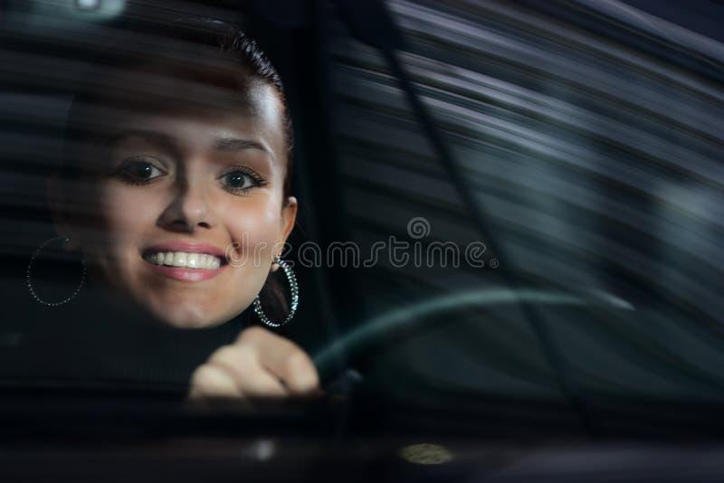 barn för kvinna för bilkörning nätt arkivfoto