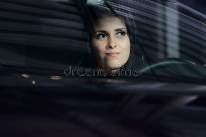 barn för kvinna för bilkörning nätt arkivfoton