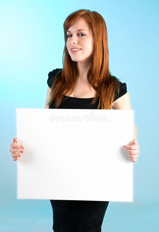 barn för kvinna för blankt holdingredheadtecken vitt royaltyfria bilder