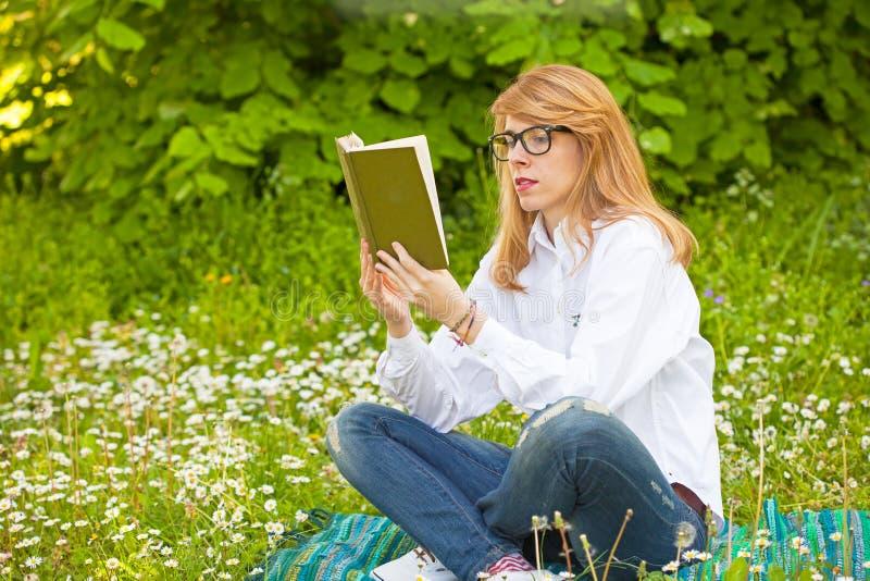 barn för kvinna för bokavläsning avslappnande arkivbild