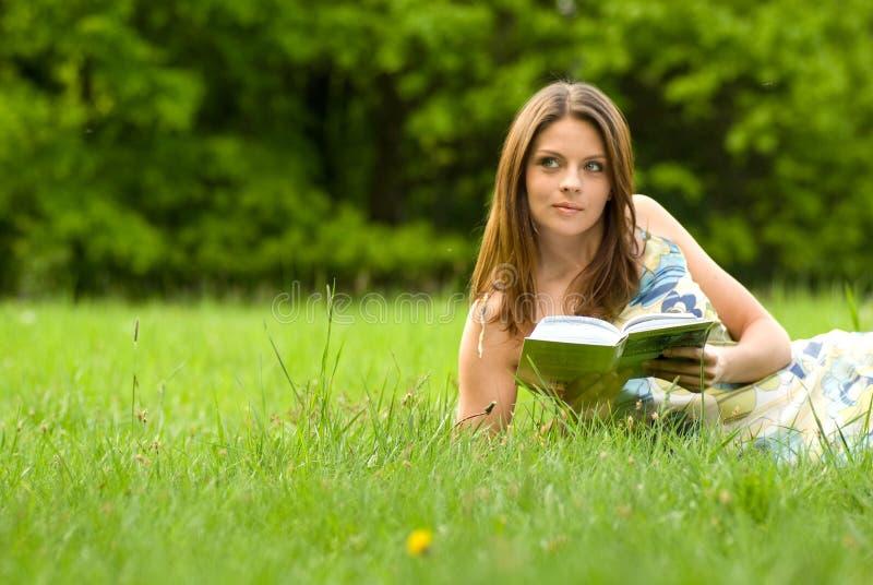 barn för kvinna för bokparkavläsning royaltyfri foto