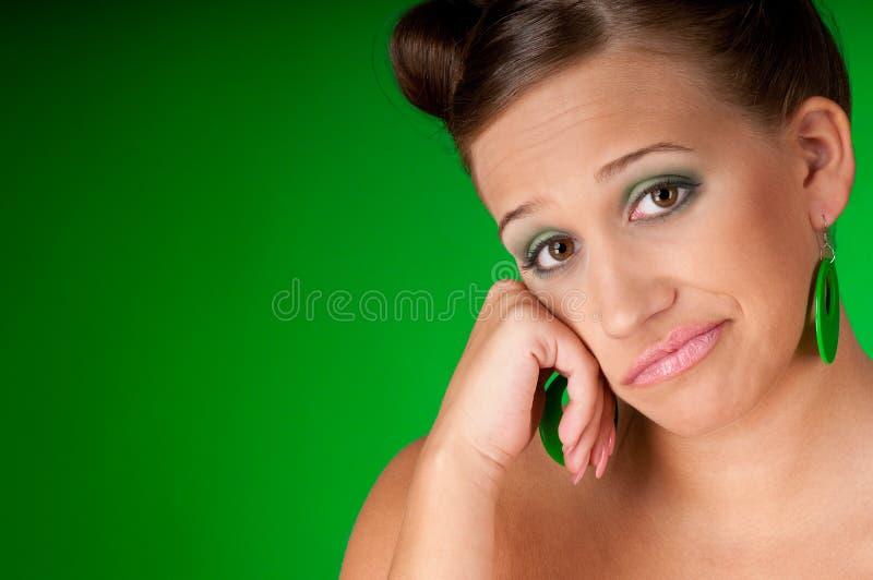 barn för kvinna för brunettörhängen grönt royaltyfri foto