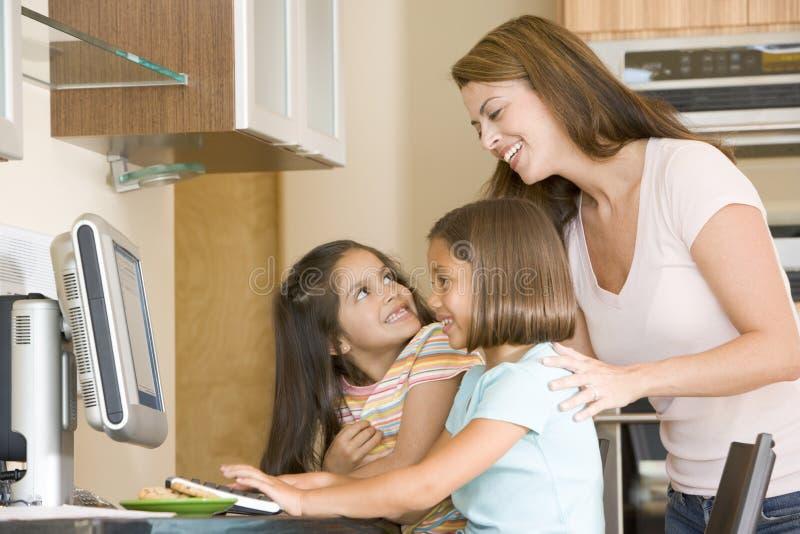 barn för kvinna för datorflickakök två royaltyfria bilder
