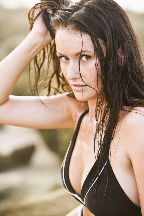 barn för kvinna för härlig bikinistående slitage arkivbild