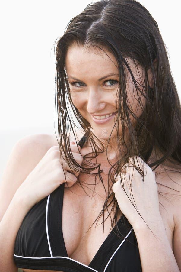 barn för kvinna för härlig bikinistående slitage royaltyfri fotografi
