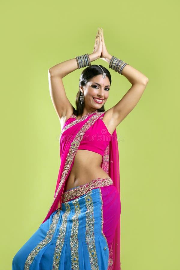 barn för kvinna för härlig brunettdans indiskt royaltyfria foton