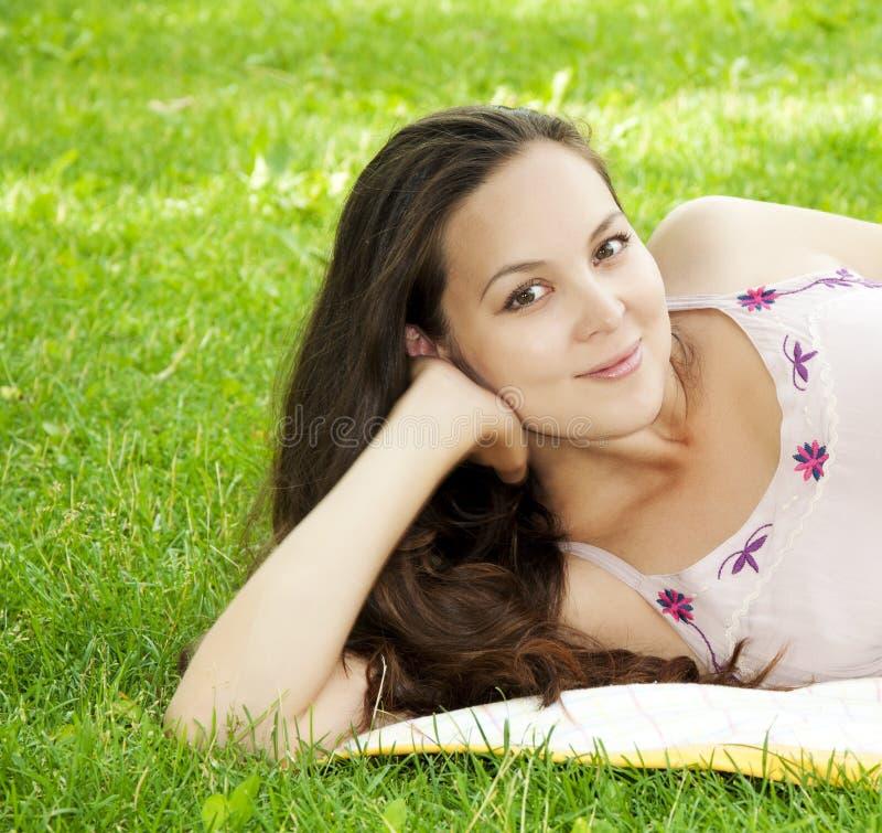 barn för kvinna för härligt fältgräs le fotografering för bildbyråer