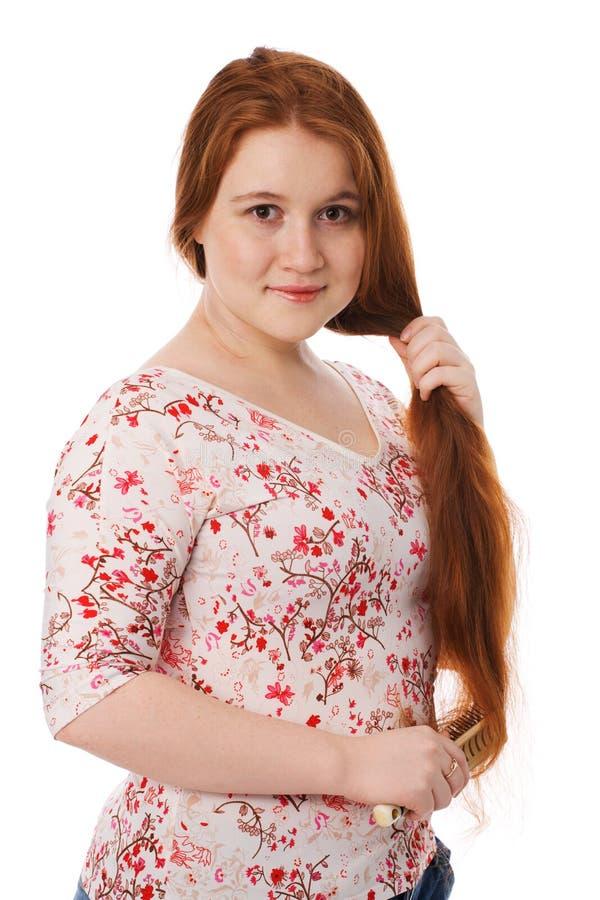 barn för kvinna för härligt hårkamhår långt rött royaltyfria bilder