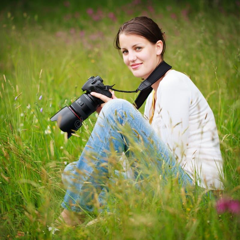 barn för kvinna för kameradslr utomhus nätt fotografering för bildbyråer