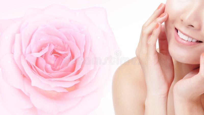 barn för kvinna för leende för rose för blommamunpink royaltyfria bilder
