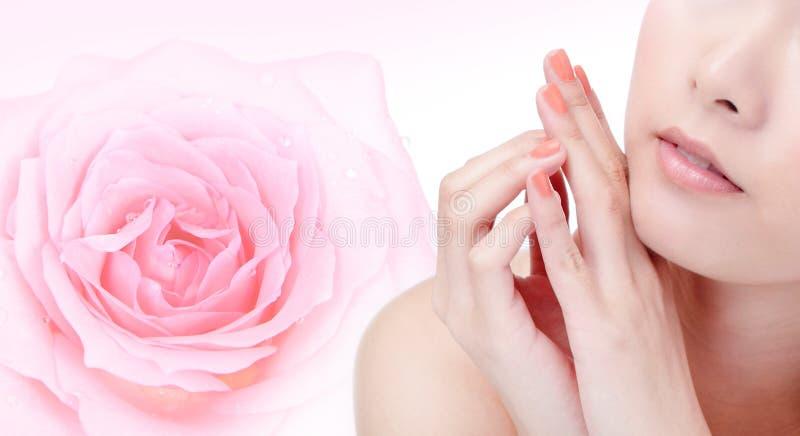 barn för kvinna för leende för rose för blommamunpink arkivfoton
