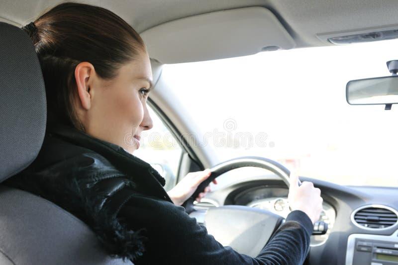 barn för kvinna för stående för bilkörning le royaltyfria foton