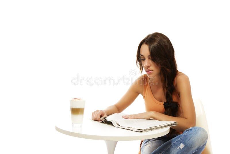 barn för kvinna för tabell för latttidningsavläsning arkivbild