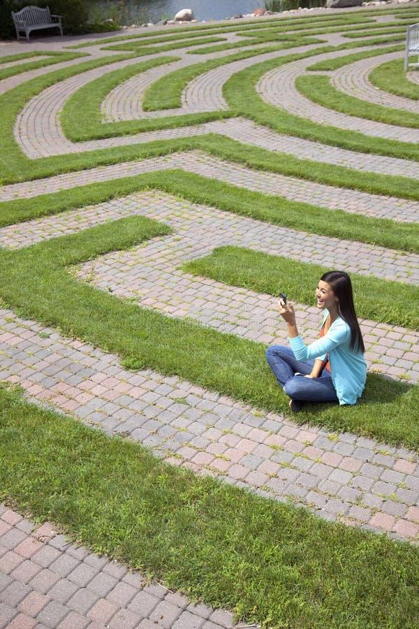 barn för kvinna för text för gräsmazemessaging arkivfoto