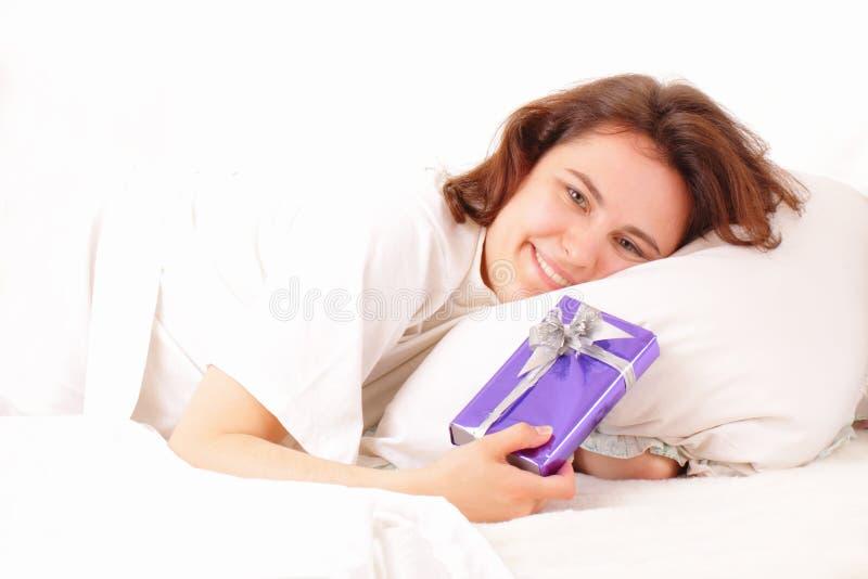 barn för kvinna för underlaggåva nätt avslappnande arkivfoto