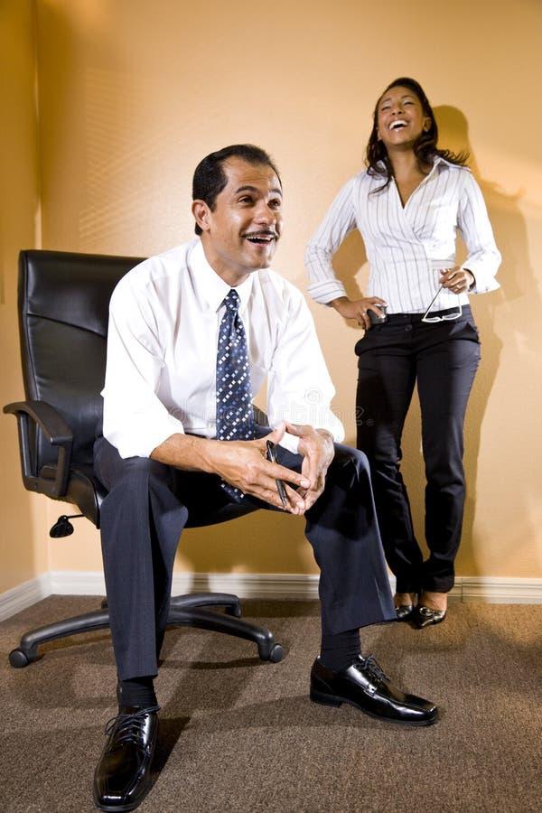 barn för latinamerikan för assistentaffärsmankvinnlig royaltyfri bild