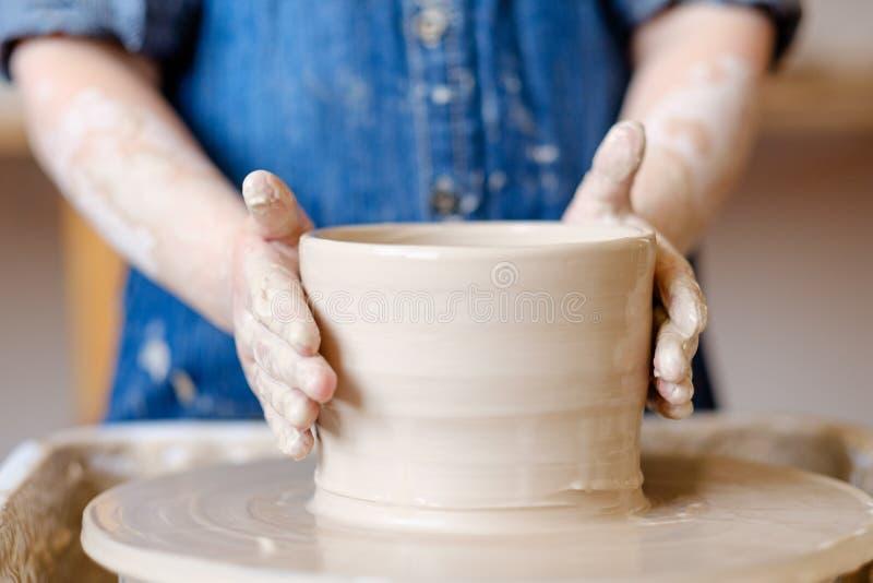 Barn för lera för hantverkare för hantverk för krukmakeriseminarium handgjort fotografering för bildbyråer