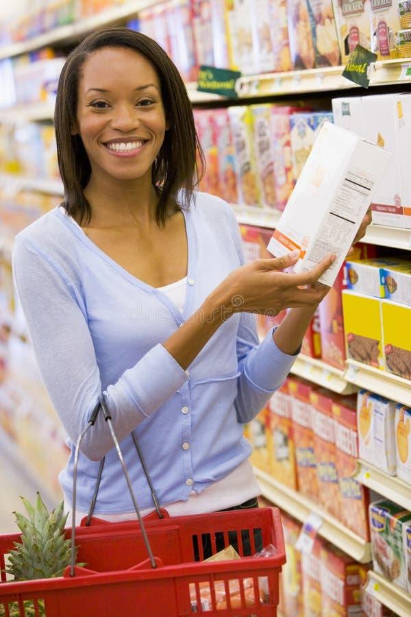 barn för livsmedelsbutikshoppingkvinna royaltyfri fotografi