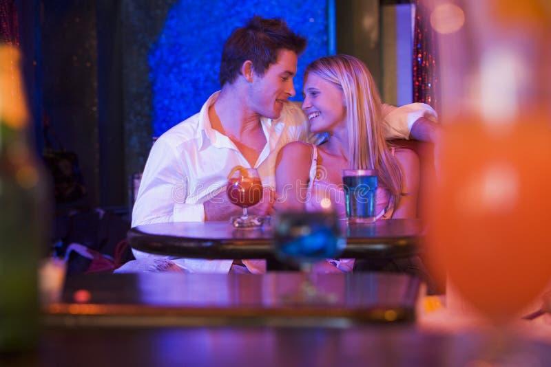 barn för lycklig nattklubb för par sittande le royaltyfria bilder
