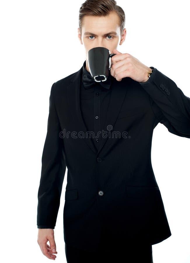 barn för man för kopp för svart kaffe dricka smart royaltyfri bild