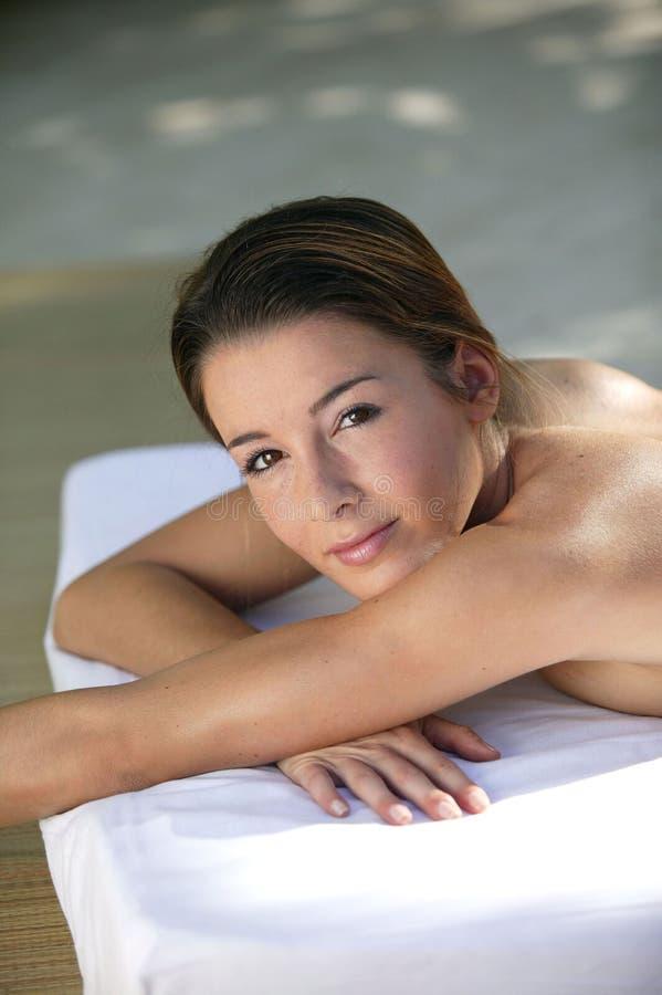 barn för massagetabellkvinna arkivfoton