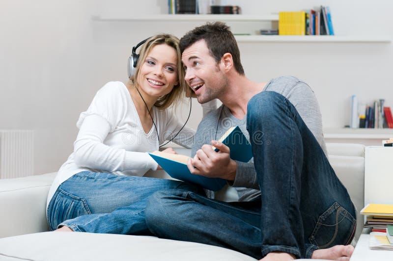 barn för musik för par lyssnande tillsammans royaltyfri foto