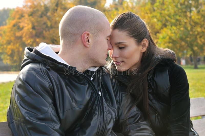 barn för parförälskelse utomhus arkivfoton
