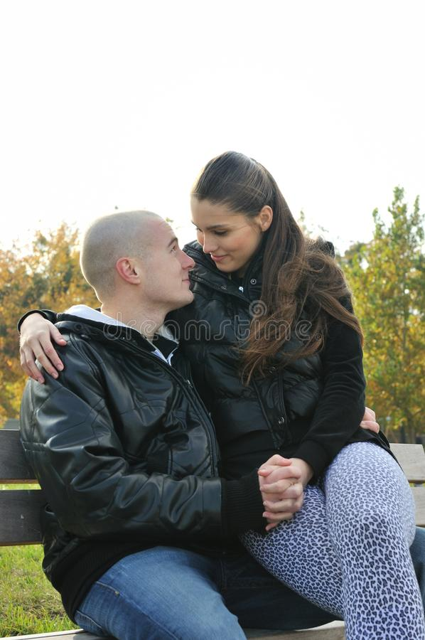 barn för parförälskelse utomhus royaltyfri foto