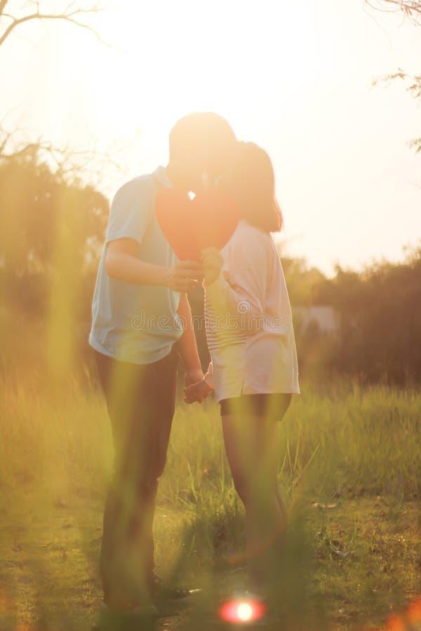 barn för parförälskelseromantiker arkivbilder