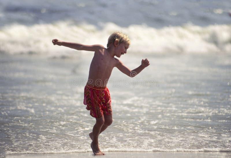 barn för pojkedansshoreline royaltyfria foton