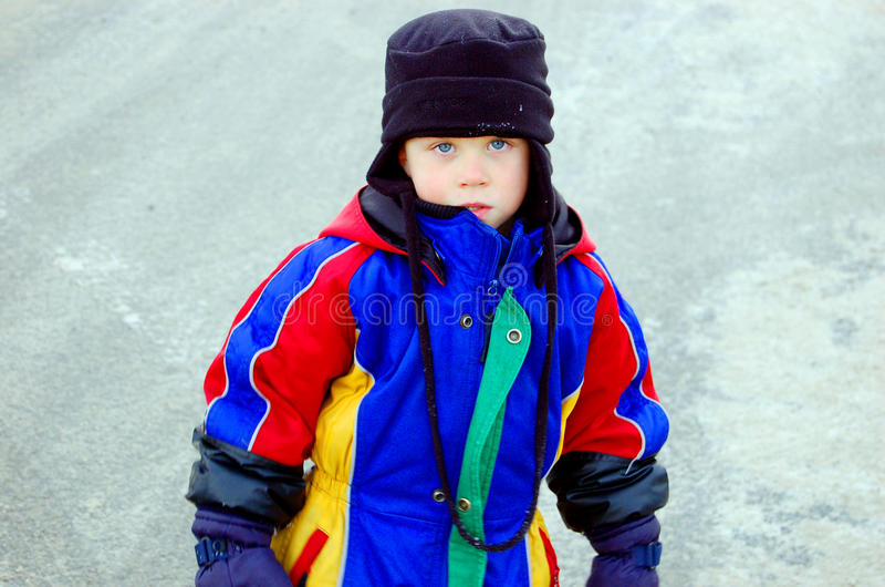 barn för pojkeklädvinter arkivfoto