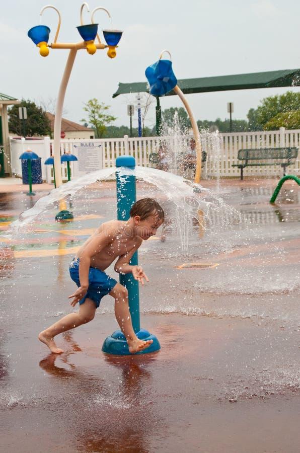 barn för pojkeparkvatten arkivbilder