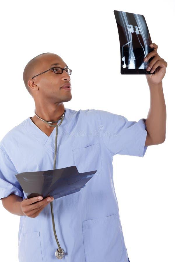 barn för röntgenstråle för afrikansk amerikandoktorsman lyckat arkivfoto