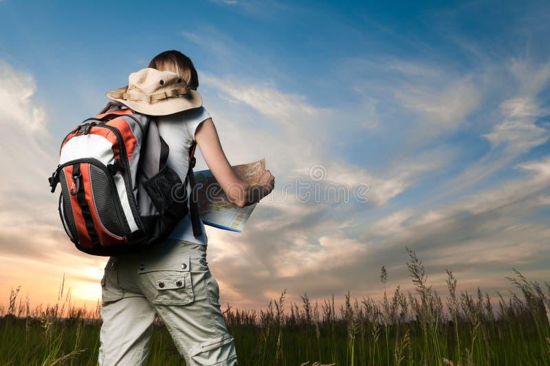barn för ryggsäcköversiktskvinna royaltyfri fotografi