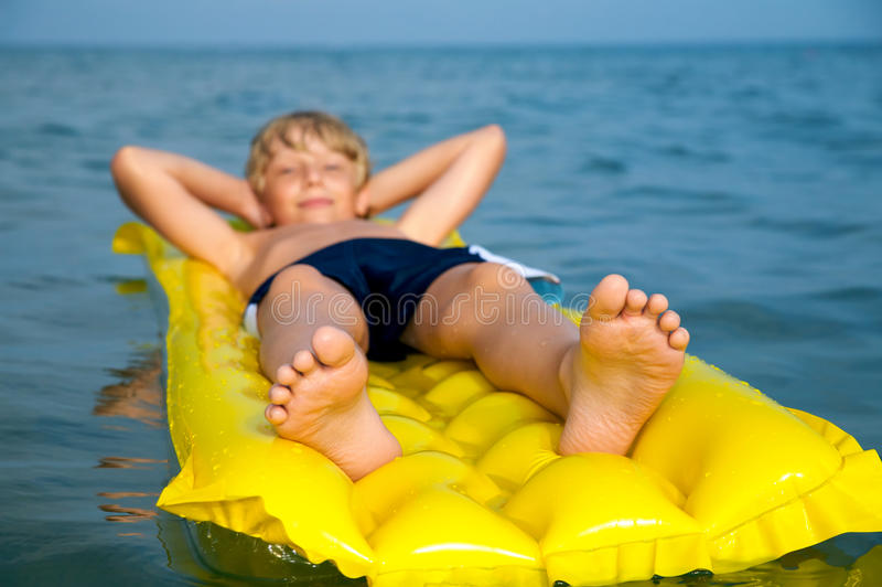 barn för simning för pojkemadrasshav royaltyfri fotografi