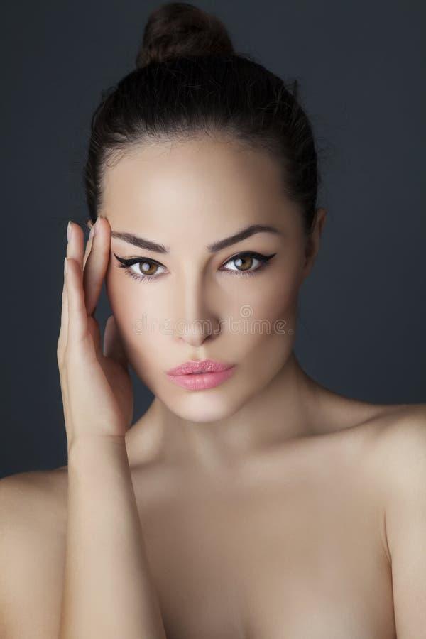 barn för skönhetståendekvinna royaltyfria bilder