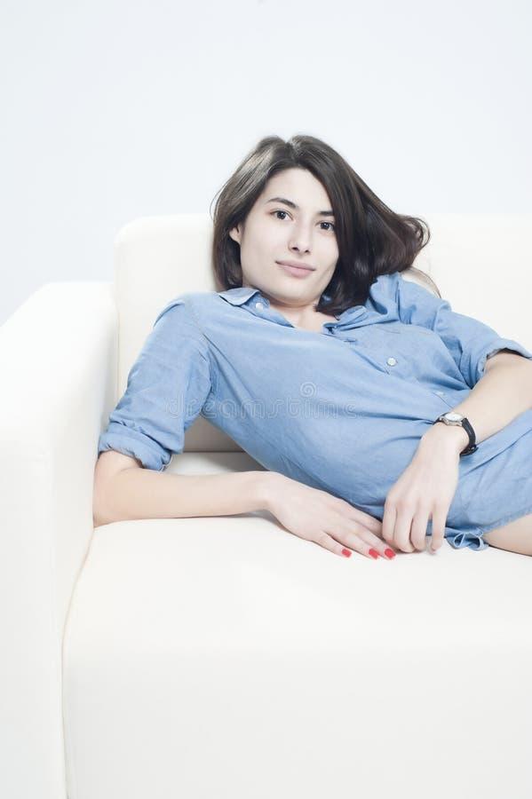 barn för sofa för kvinnlig liggande sött arkivfoton
