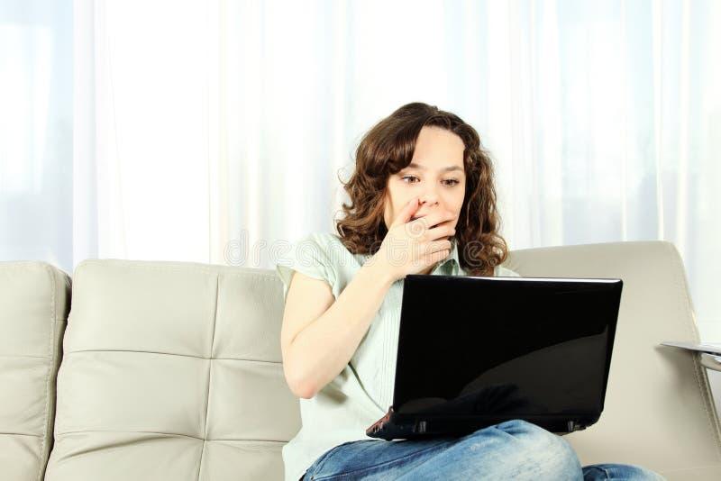 barn för soffabärbar datorkvinna royaltyfria bilder