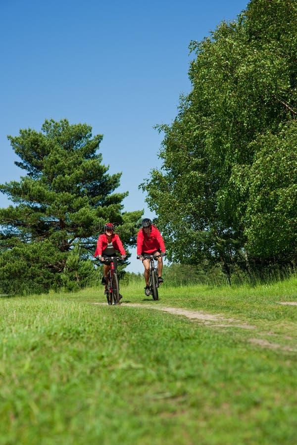 barn för sommar för ridning för cykelparnatur arkivfoton