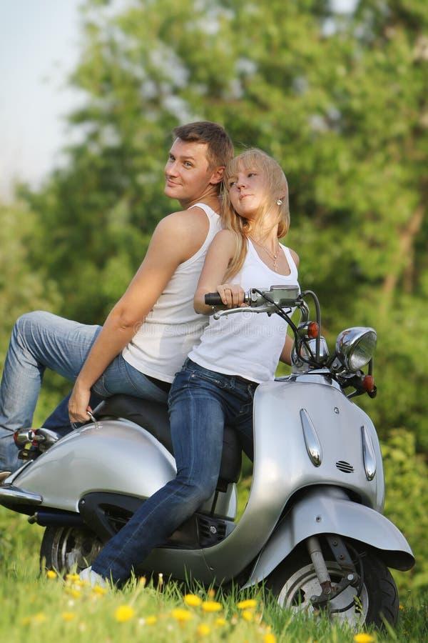 barn för sparkcykel för parmotorbikenatur royaltyfria foton