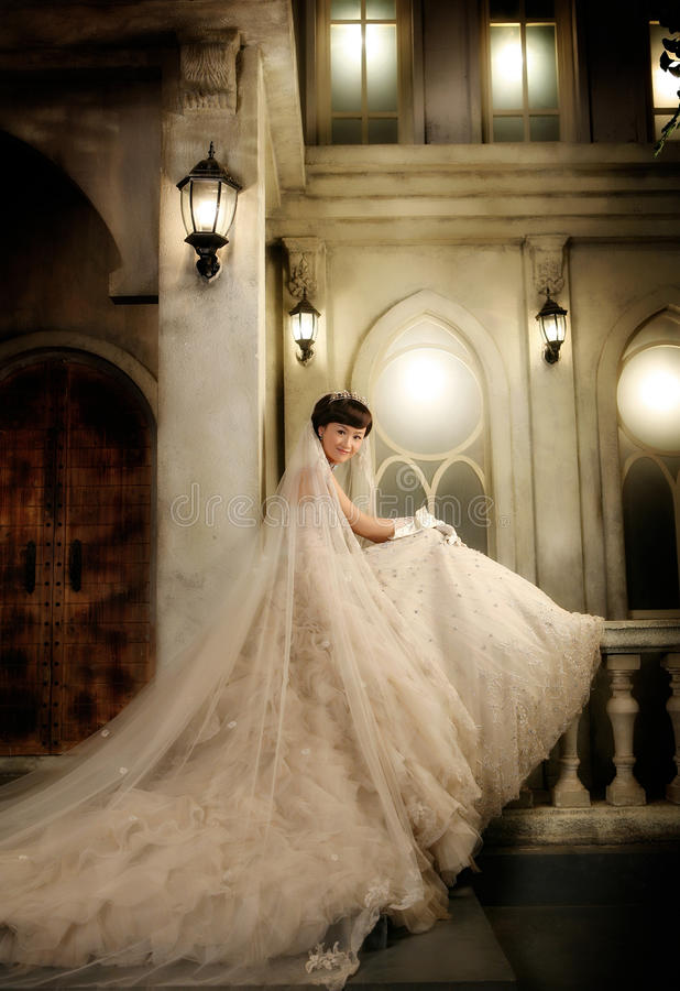barn för ståendebröllopkvinna royaltyfri foto