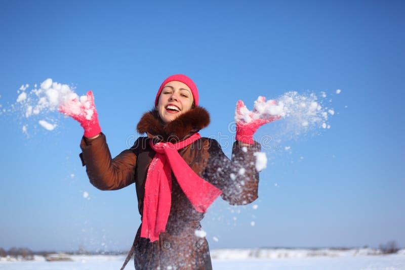 barn för vinter för kast för snow för skönhetflicka utomhus- royaltyfria foton