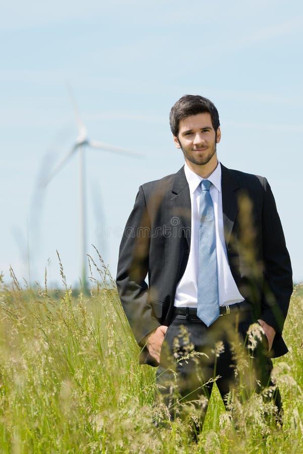 barn för windmill för green för affärsmanenergifält arkivfoto