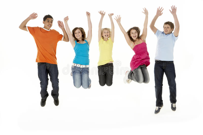 barn fem barn för gruppbanhoppningstudio fotografering för bildbyråer