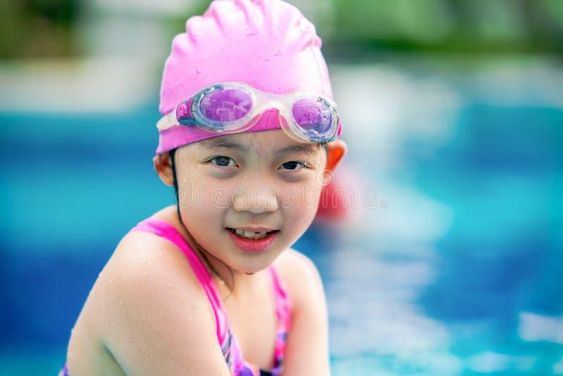 Barn flicka, med gyckel på simbassängen royaltyfria bilder
