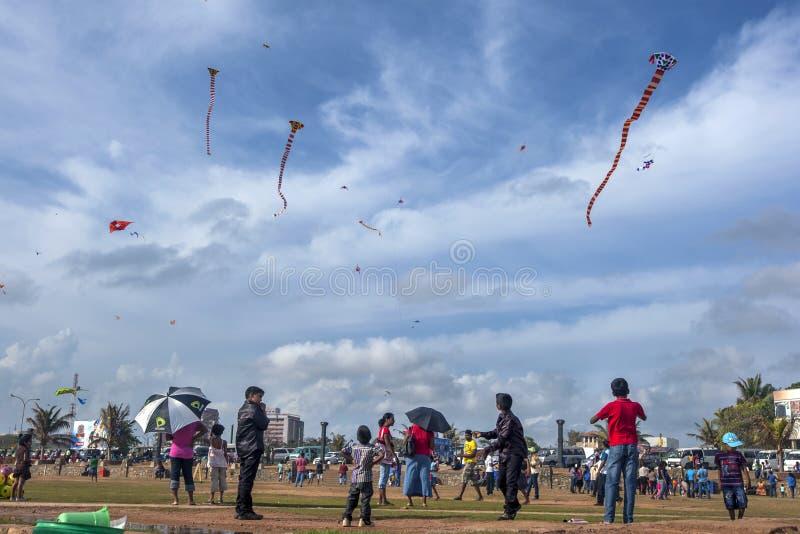 Barn flyger drakar på en upptagen söndag eftermiddag på Galle vänder mot gräsplan i Colombo, Sri Lanka royaltyfria foton